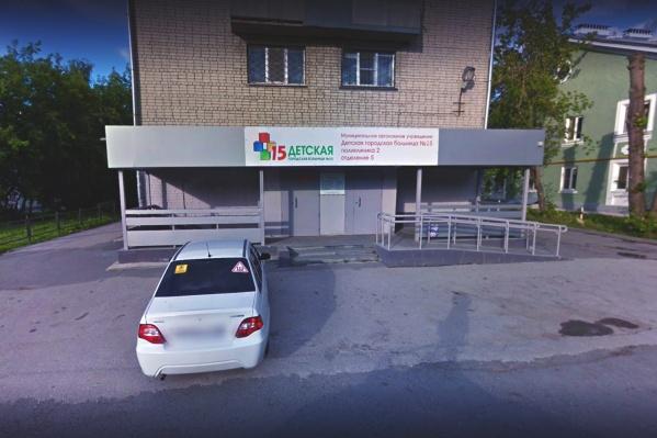"""Во 2-й поликлинике детской больницы <nobr class=""""_"""">№ 1</nobr>5 сегодня выстроилась огромная очередь"""