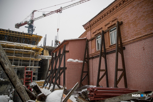 Конструкции на здании появились со стороны соседней стройки