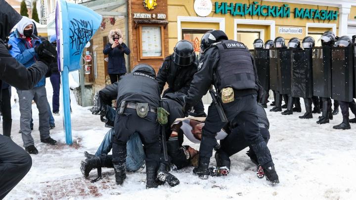 «Мы живем в демократичной стране! Хотите плакатик?»: как прошла акция оппозиции в Нижнем Новгороде