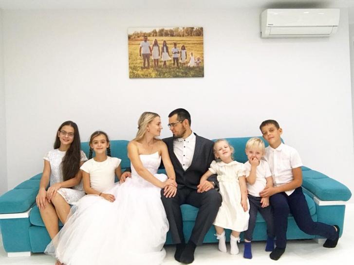 Одна из годовщин свадьбы в окружении детей (на тот момент в семье еще не было младшего Коли)
