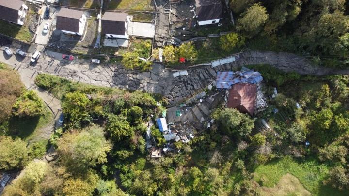 В Сочи показали разрушенные дома и дороги с высоты птичьего полета. Это похоже на фильм-катастрофу