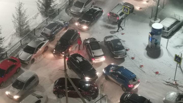 В Екатеринбурге жители новостроек потребовали одностороннюю дорогу из-за адских пробок возле домов
