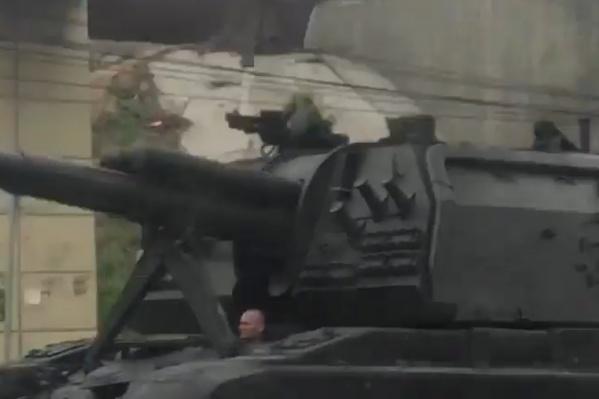 Самоходная артиллерийская установка выкатилась на проезжую часть