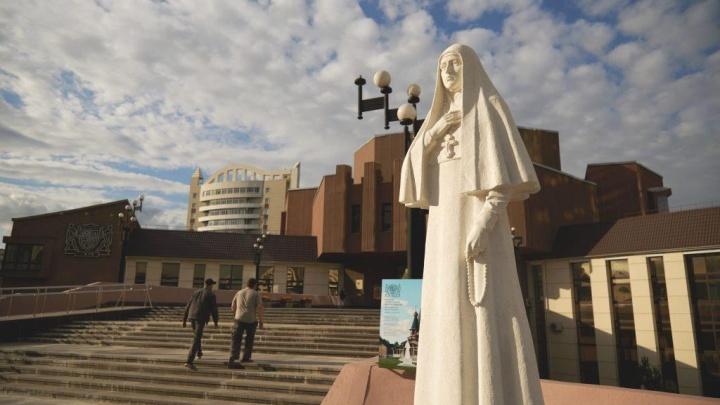 Статуя мученицы Елизаветы, установленная возле института искусств, через год переедет на новое место