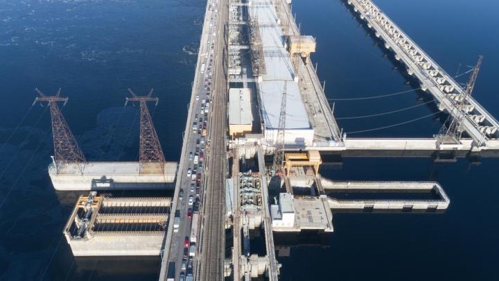 Всем нужно на работу: плотина ГЭС на дороге из Волжского в Волгоград стоит в километровой пробке