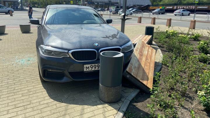 В районе ЮУрГУ BMW с крутыми номерами вылетел на тротуар