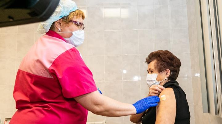 Свердловчан начали прививать от COVID-19 новым видом вакцины. Эксперт объяснил, чем он отличается