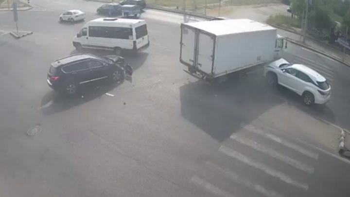 В Дзержинском районе Волгограда фургон протаранил три иномарки