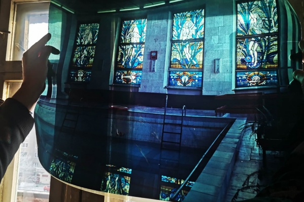 Фото витража в бассейне профилактория «Кедровый бор». Части этого витража сейчас украшают забор в с. Елыкаево
