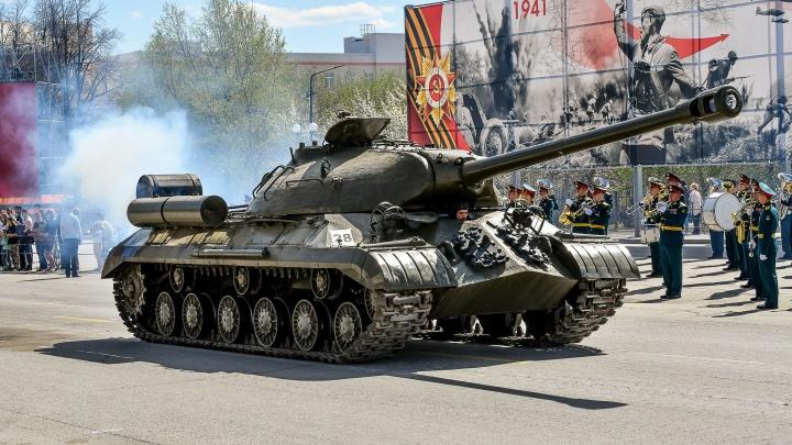 Самоходки, гаубицы и генерал на танке: лучшие кадры с репетиции ретротехники в Верхней Пышме