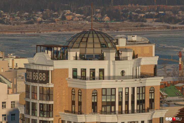 Крыша  Дома на Вознесенской  увенчана куполом