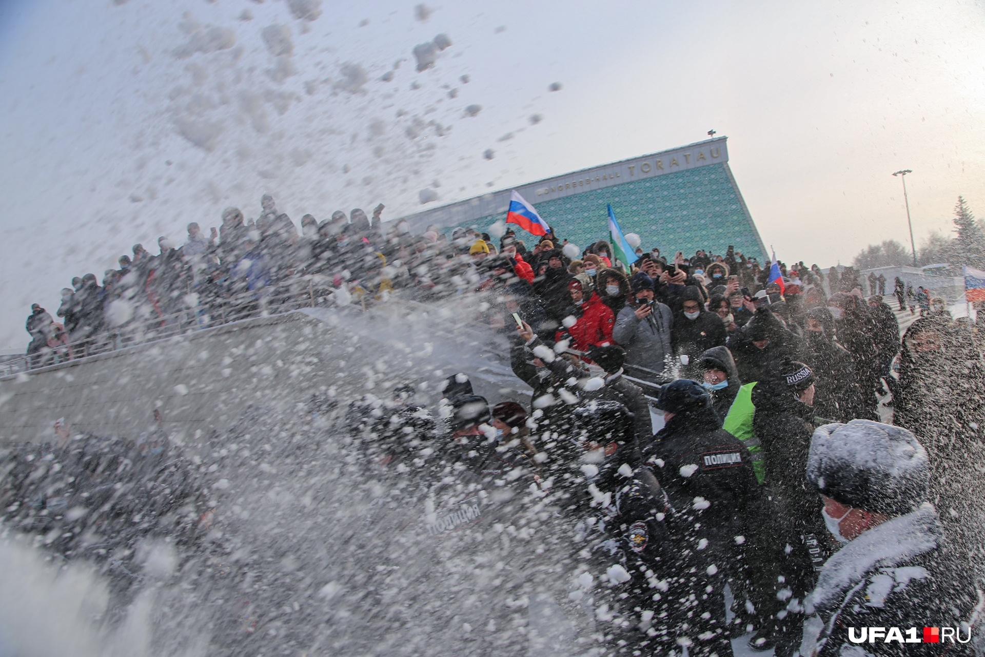 У конгресс-холла протестующие закидали полисменов снегом