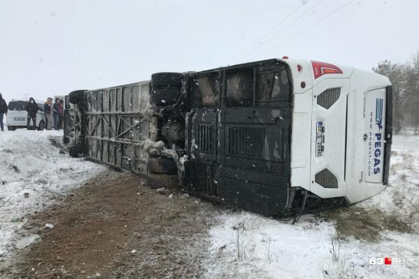 Автобус соскользнул с дороги в кювет
