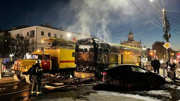 Стало известно, чей автобус сгорел в центре Ярославля