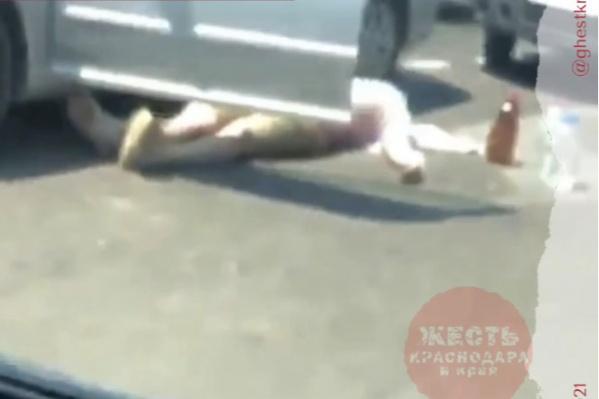 Судя по кадрам, мужчине пытались помочь очевидцы