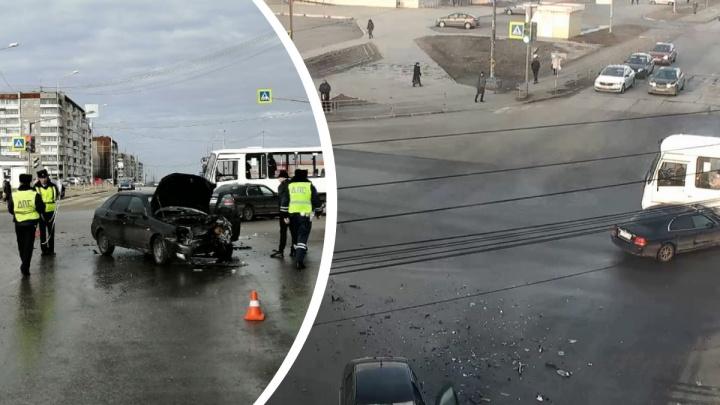 Массовое ДТП с двумя легковушками и автобусом в Нижнем Тагиле попало на видео