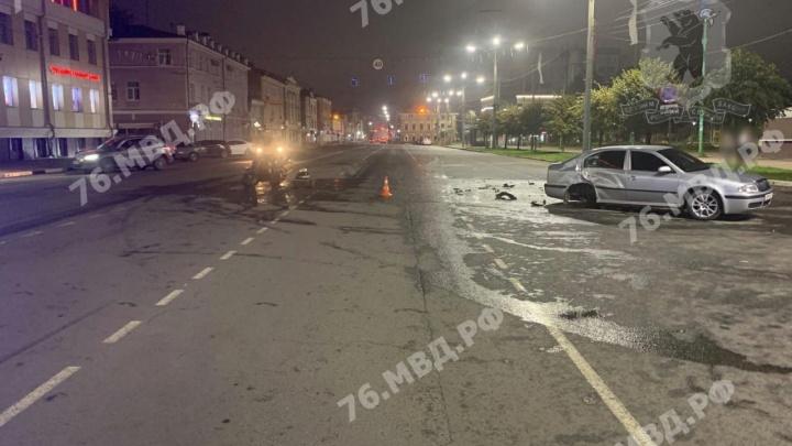 Два человека пострадали: в центре Ярославля мотоцикл влетел в легковушку