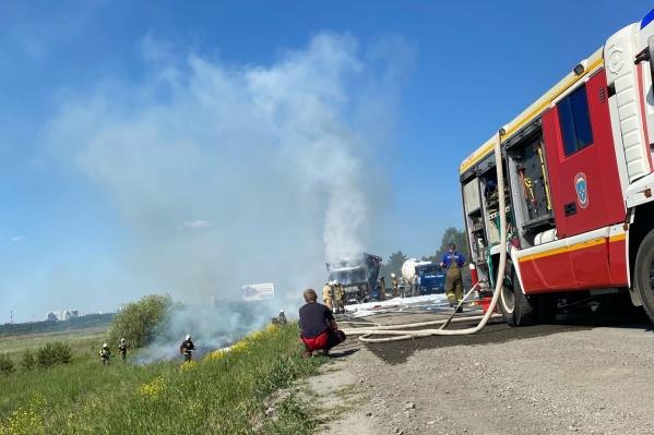 Пожарные залили огонь пеной