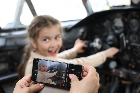 Дети были особенно рады посидеть в кресле пилота