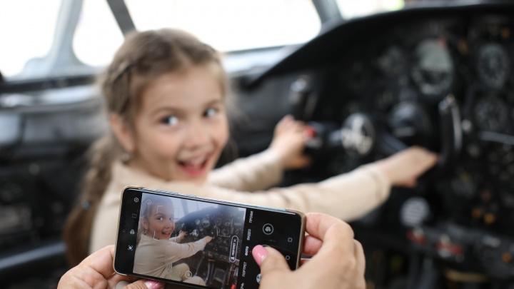В День Победы в Кольцово екатеринбуржцы смогли сфотографироваться за штурвалом самолета