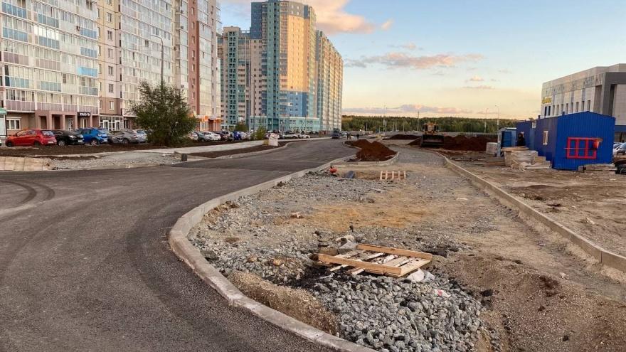 «Уши» и тротуары в никуда: в Челябинске мэрия пообещала к октябрю сдать дорогу, которую ждали 7 лет