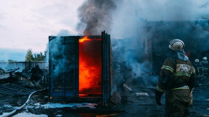 Пепел в воздухе: 13 снимков пожара на Нефтезаводской