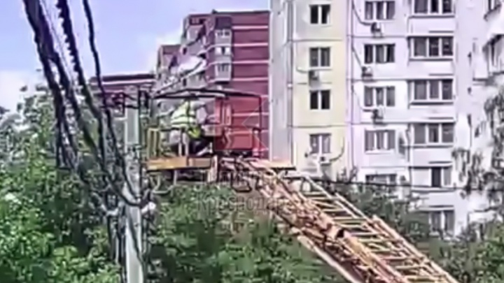 В Краснодаре погиб электрик во время ремонта фонаря