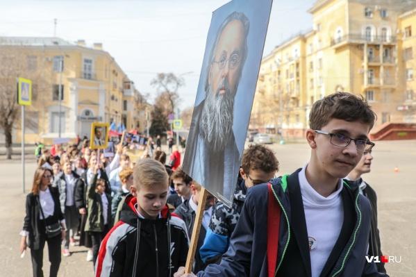 По улице Мира лицеисты пронесли портреты первооткрывателей космоса