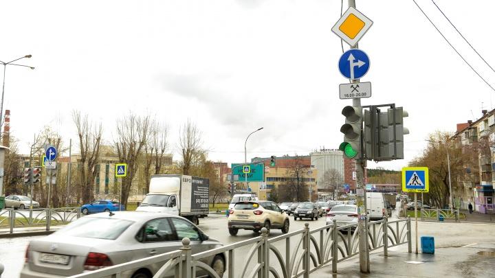 На загруженном перекрестке в Екатеринбурге отменили левый поворот. Но поворачивать все равно можно