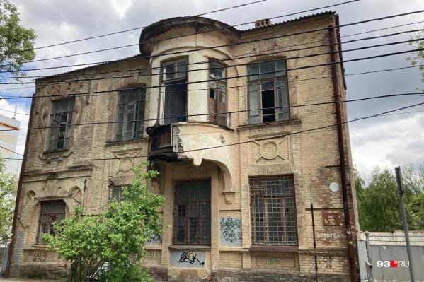Фасад дома асимметричен за счет выступающего эркера и разной высоты окон