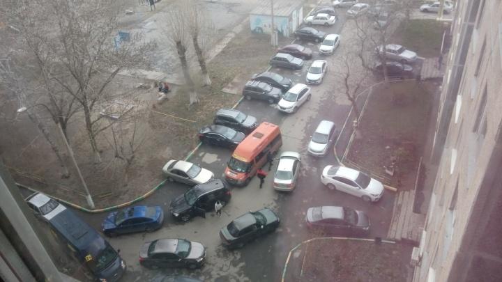 В Челябинске наказали полсотни автомобилистов за объезд ремонтируемого перекрестка через дворы