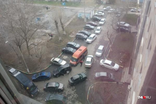 Автомобилисты и маршрутчики превратили дворы на Комсомольском проспекте в магистраль