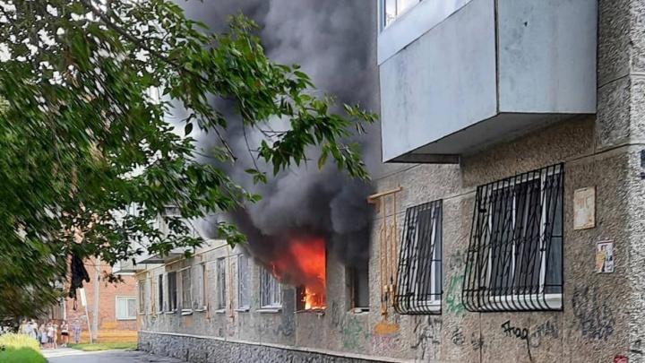 На Уралмаше полыхает квартира в многоэтажке. Соседи говорят, что слышали взрыв
