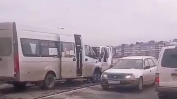 Маршрутка № 130 Красноярск — Сосновоборск столкнулась с грузовиком. Девять человек госпитализированы