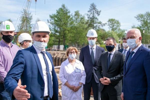 Один из важных пунктов посещения полпредом — стройка нового корпуса областной детской больницы. Александр Гуцан призвал соблюдать сроки и строить качественно