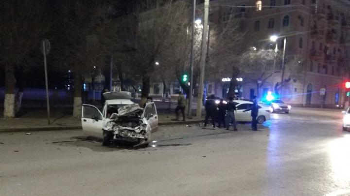 В центре Волгограда иномарка из Краснодара снесла Daewoo Matiz и врезалась в столб