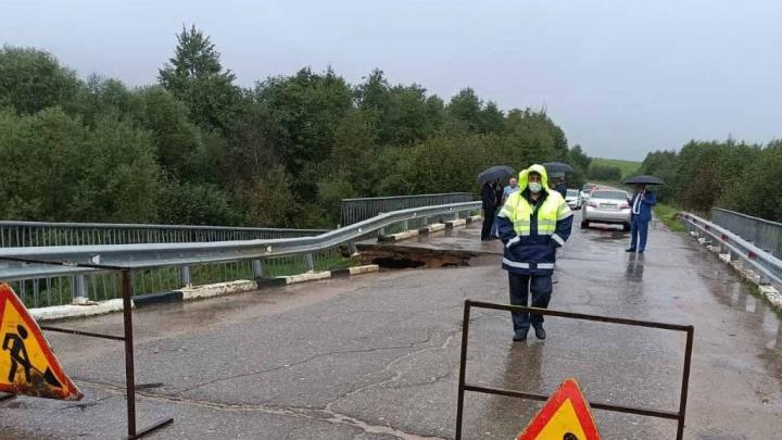 Виноват дефект опоры: в Ярославской области просел автомобильный мост через реку