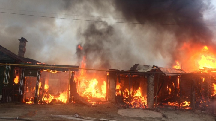 Огонь распространяется из-за плотной застройки: в Берёзовском загорелись два деревянных дома