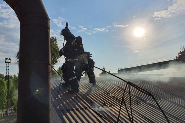 Крыша здания загорелась рано утром