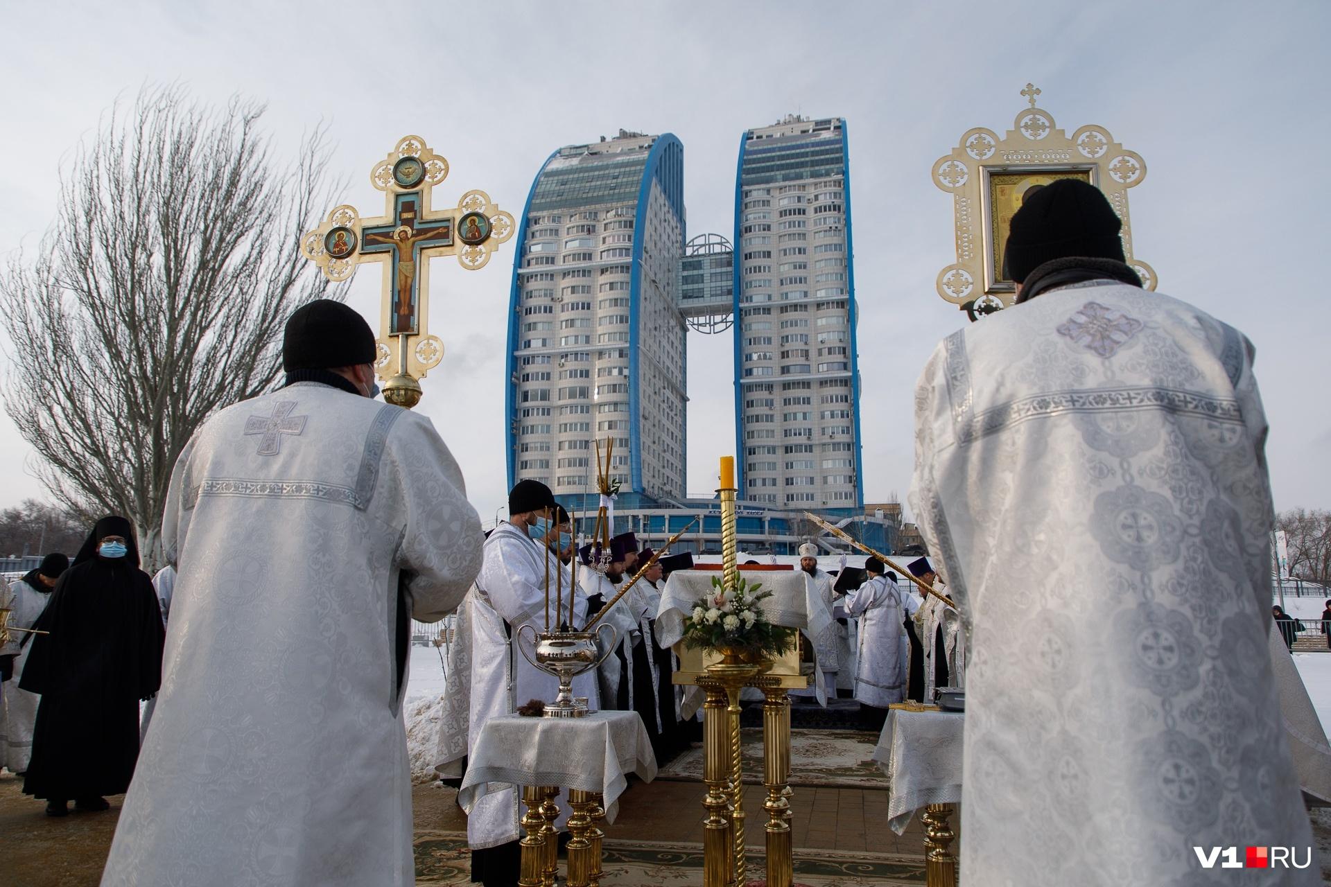 Днем в центре города освятили Волгу