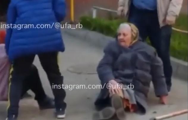 В Уфе пьяный мужчина напал на двух бабушек, игравшие рядом дети сняли это на видео