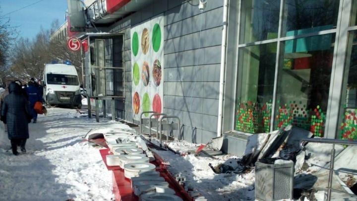 В Нижнем Новгороде на женщину обрушился козырек магазина из-за падения снежной глыбы