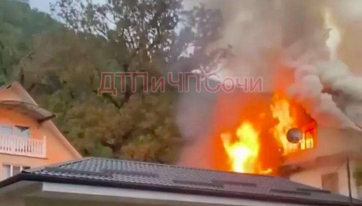 В Сочи загорелся жилой барак, 10 человек эвакуировали
