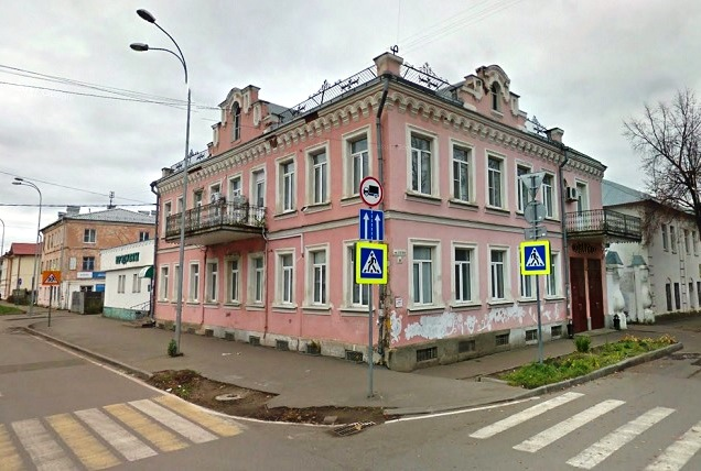 Это здание и еще два небольших здания продали ради дворца культуры