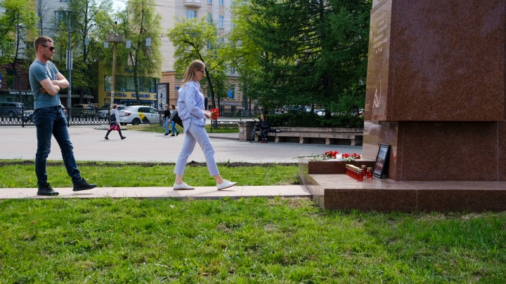 Челябинцы несут цветы к памятнику Орлёнку в память о погибших при стрельбе в казанской школе