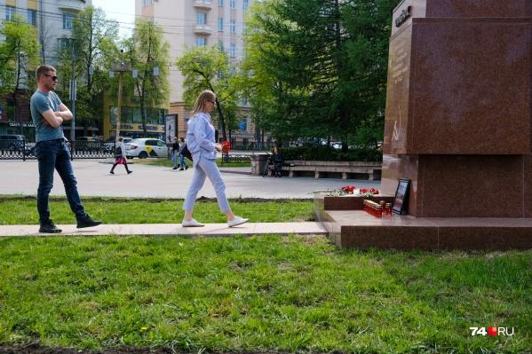 12 мая челябинцы несут цветы к стихийному мемориалу