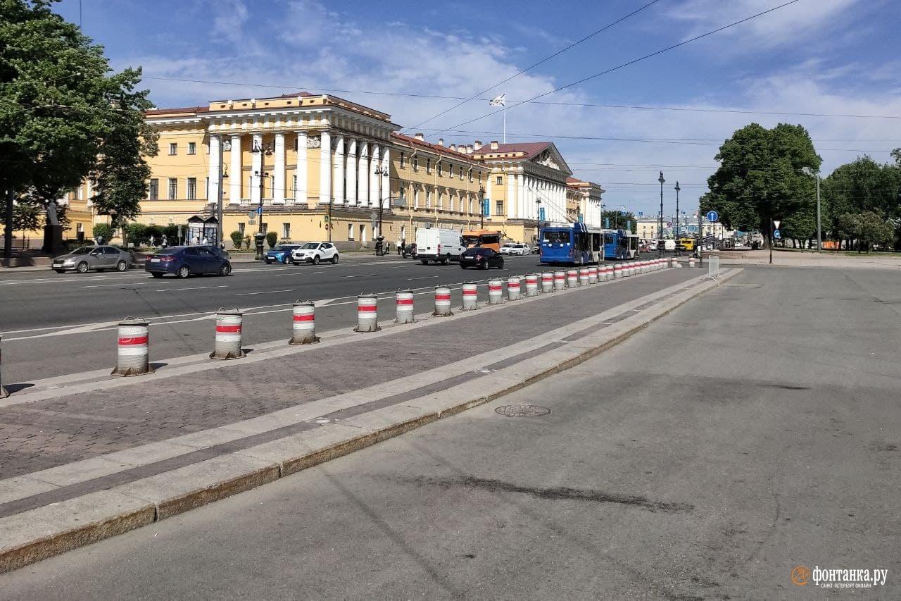 Опустевшая утром 9 июня парковка на Дворцовой