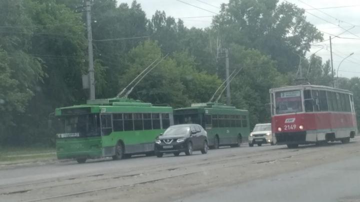 В Новосибирске на левом берегу встали троллейбусы — оборвались провода