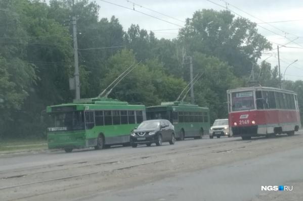Встали два троллейбусных маршрута