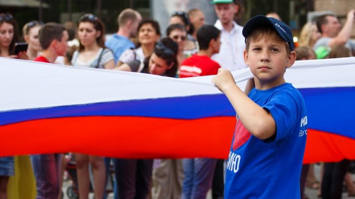 В День России в Волгограде через проспект Ленина перенесут стометровый флаг